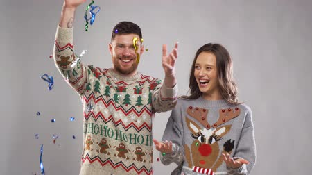desgaste : happy couple at christmas party under serpentine Stock Footage