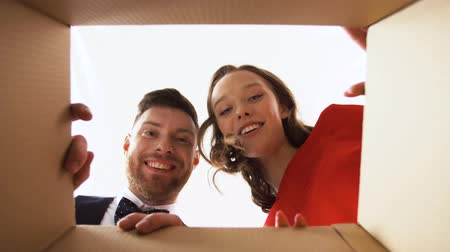 caixa de correio : happy couple opening christmas gift box Stock Footage
