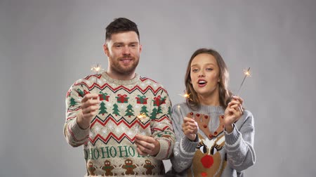 pletený : happy couple with sparklers at christmas party