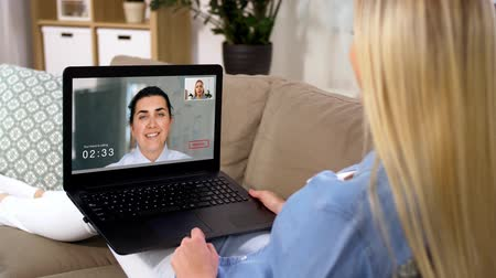 schválení : woman having video call on laptop computer at home