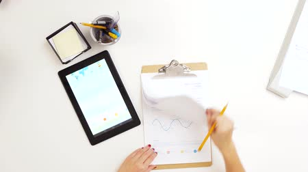 lápis : hands with clipboard and chart on tablet computer Stock Footage