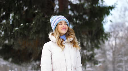 subúrbio : happy woman walking in winter forest or park
