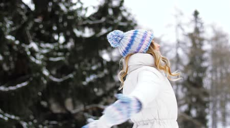 pletený : happy young woman in winter forest Dostupné videozáznamy
