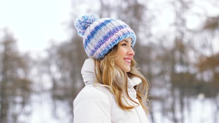 subúrbio : portrait of happy smiling woman outdoors in winter