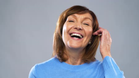 amadurecer : portrait of happy senior woman laughing