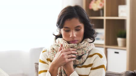 baca : unhappy sick woman in scarf coughing at home Stok Video