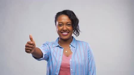souhlasit : happy african american woman showing thumbs up Dostupné videozáznamy