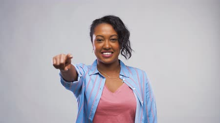 přímý : african american woman pointing finger at camera