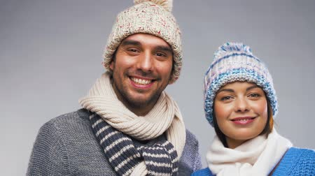 pletený : happy couple in winter clothes