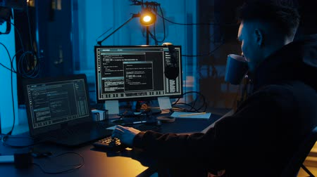 comando : hacker using computer for cyber attack at night Vídeos