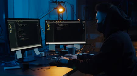 şifreleme : hacker in mask using computers for cyber attack Stok Video