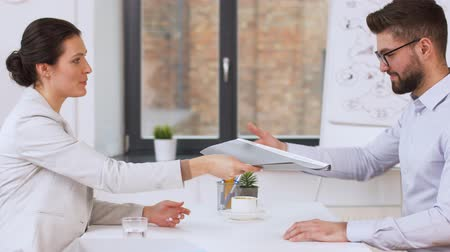 портфель : employer having interview with employee at office
