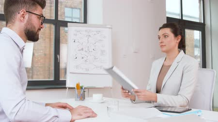 odmítnutí : employer having interview with employee at office