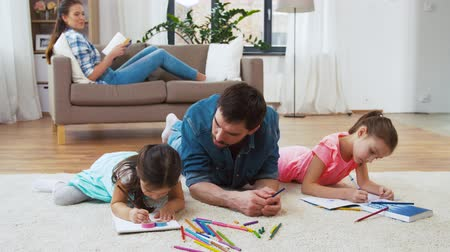 taslakkitabım : father with little daughters drawing at home Stok Video