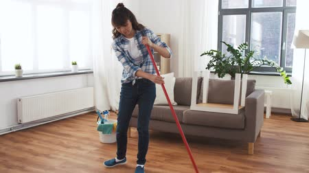 süpürge : asian woman with broom sweeping floor and cleaning Stok Video