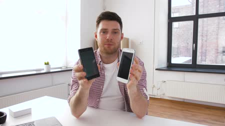 comparar : male blogger with smartphone videoblogging at home