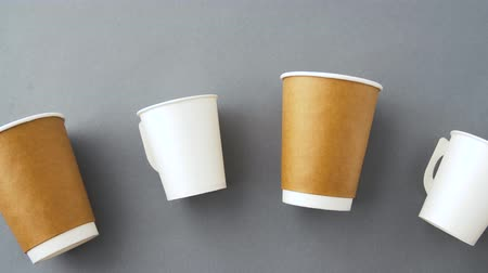 geri dönüşümlü : various disposable paper cups for hot drinks