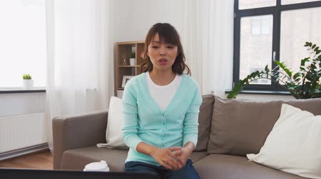 kaydetmek : asian female blogger recording video blog at home
