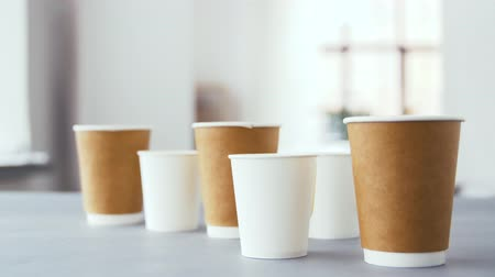 martwa natura : various disposable paper cups for hot drinks