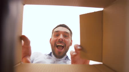 evet : happy man opening parcel box Stok Video