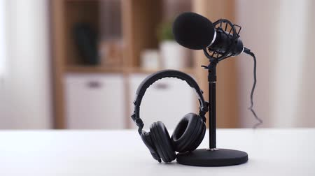 amplificador : headphones and microphone at home office