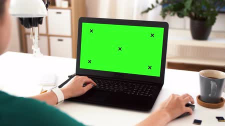 mensagens : woman with with green screen on laptop at home