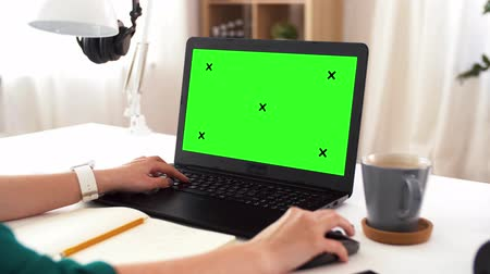 post room : woman with green screen on laptop at home