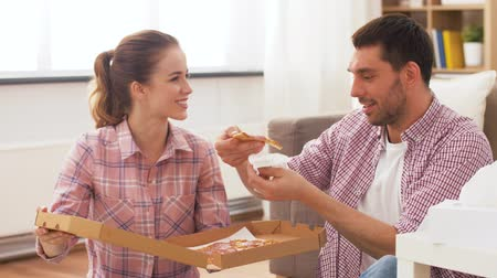 навынос : couple eating takeaway pizza at home Стоковые видеозаписи