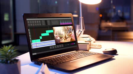 yazılım : video editor program on laptop at night office Stok Video