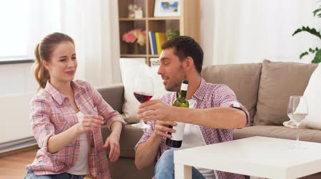 навынос : happy couple drinking red wine at home