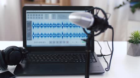 poczta : sound editor program on laptop at home office