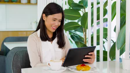 sudeste : asian woman with tablet pc at cafe or coffee shop