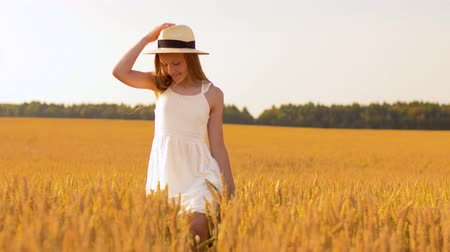пригородный : happy girl in straw hat walking along cereal field