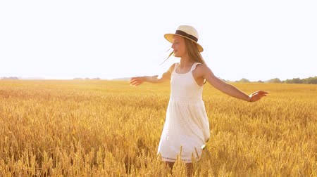 árpa : happy girl in straw hat on cereal field in summer