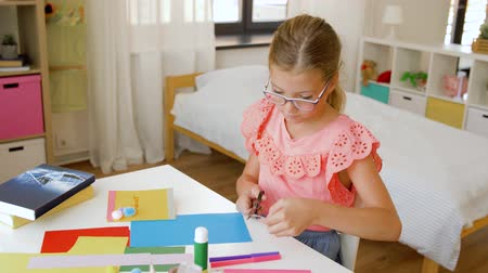 keçe : creative girl making greeting card at home Stok Video