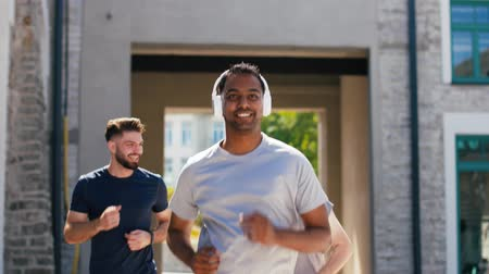 naladit : male friends with headphones running outdoors Dostupné videozáznamy