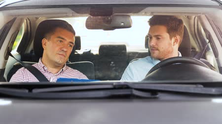 geçti : car driving school instructor talking to driver Stok Video