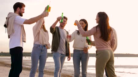limonádé : friends toasting non alcoholic drinks on beach Stock mozgókép