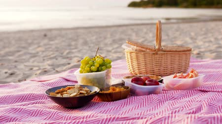 grejpfrut : food and picnic basket on blanket on beach