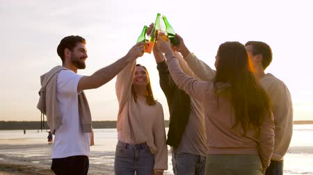 cidra : friends toasting non alcoholic drinks on beach Vídeos