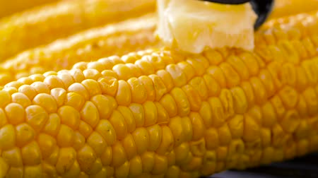 braciere : corn with melting butter roasting on grill Filmati Stock