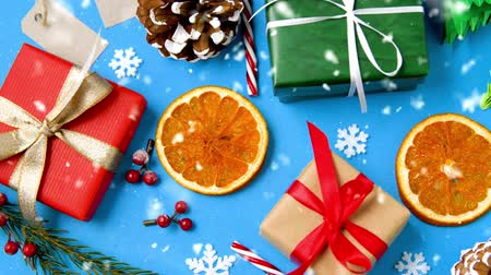 упакованный : gifts, fir branches, cones and dried orange slices Стоковые видеозаписи