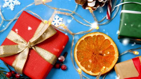 шишка : snowing over christmas gifts and decorations
