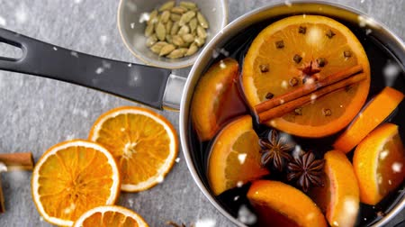 clavo de olor : pot with hot mulled wine, orange slices and spices