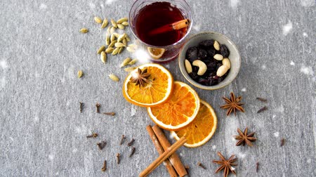 clavo de olor : hot mulled wine, orange slices, raisins and spices