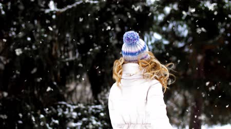 banliyö : happy smiling woman outdoors in winter forest Stok Video