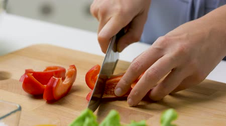 vegetarianismo : young woman chopping pepper at home Vídeos