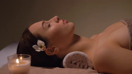 kandelaar : young woman lying at spa or massage parlor