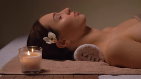 suporte : young woman lying at spa or massage parlor