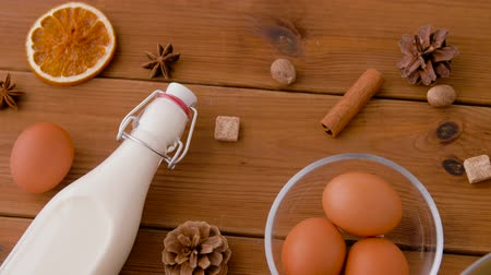 anis : pot with eggnog, ingredients and spices on wood Vidéos Libres De Droits